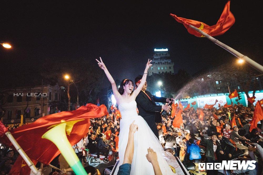 U23 Viet Nam dai thang, doanh nhan 9X cau hon ban gai, 'san' cap song sinh Quang Hai - Tien Dung hinh anh 18