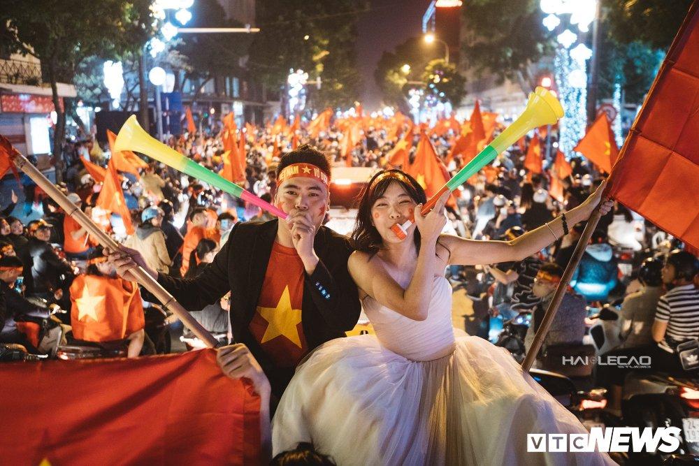 U23 Viet Nam dai thang, doanh nhan 9X cau hon ban gai, 'san' cap song sinh Quang Hai - Tien Dung hinh anh 5