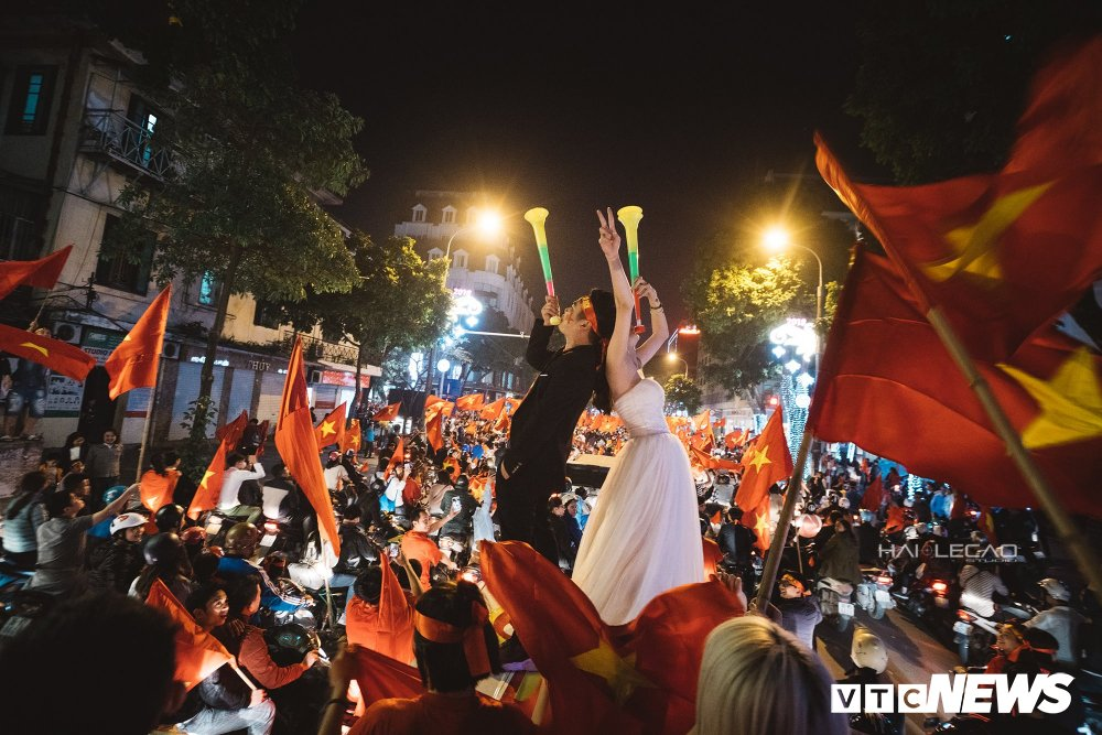 U23 Viet Nam dai thang, doanh nhan 9X cau hon ban gai, 'san' cap song sinh Quang Hai - Tien Dung hinh anh 4