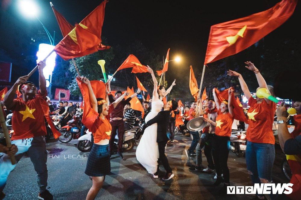 U23 Viet Nam dai thang, doanh nhan 9X cau hon ban gai, 'san' cap song sinh Quang Hai - Tien Dung hinh anh 10