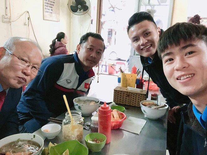 Duy Manh, Quang Hai moi HLV Park Hang Seo an pho bo hinh anh 1