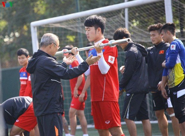 Vi sao ong Park Hang Seo lai them dau phu va sua vao khau phan an cua cac cau thu U23? hinh anh 1