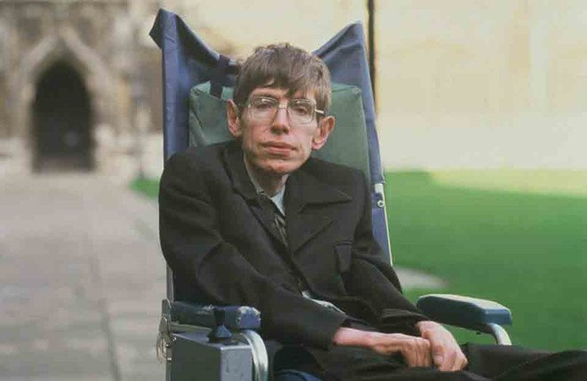 Can benh thien tai vat ly Stephen Hawking mac phai dang so the nao? hinh anh 1