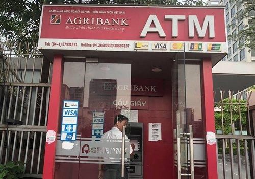 Hang loat khach hang vua mat tien trong tai khoan ATM: Agribank tang phi dich vu hinh anh 1
