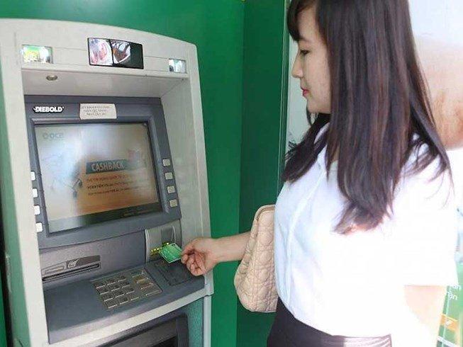 Các ngân hàng liên tục tăng phí ATM, khách hàng chịu không thấu