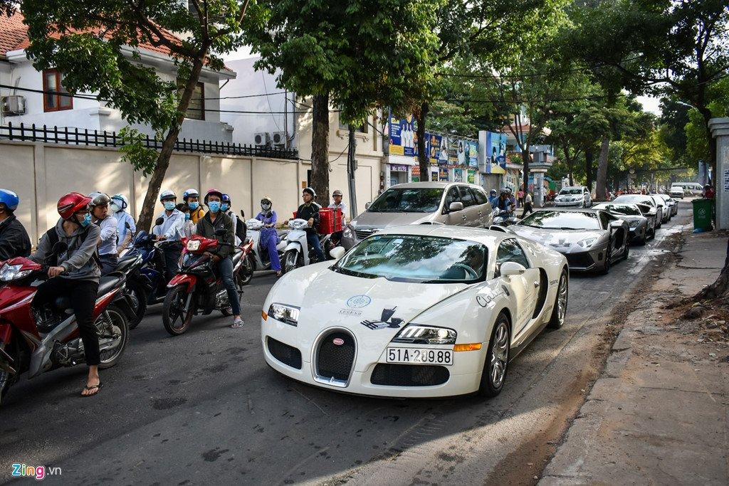 Sieu xe trieu USD cua ong Dang Le Nguyen Vu noi duoi tren pho Sai Gon hinh anh 4