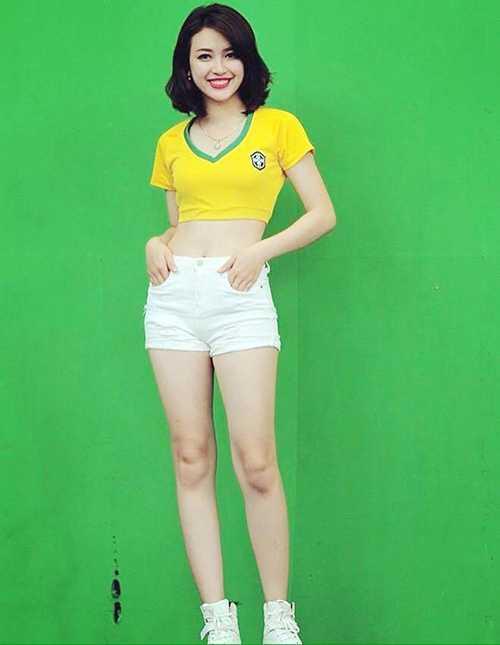 2 hot girl 'Nong cung Euro 2016' khien dan mang me man hinh anh 2