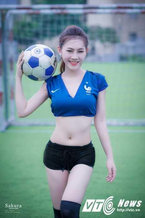 Hot girl Ha thanh xinh dep goi cam trong trang phuc doi tuyen Phap hinh anh 1