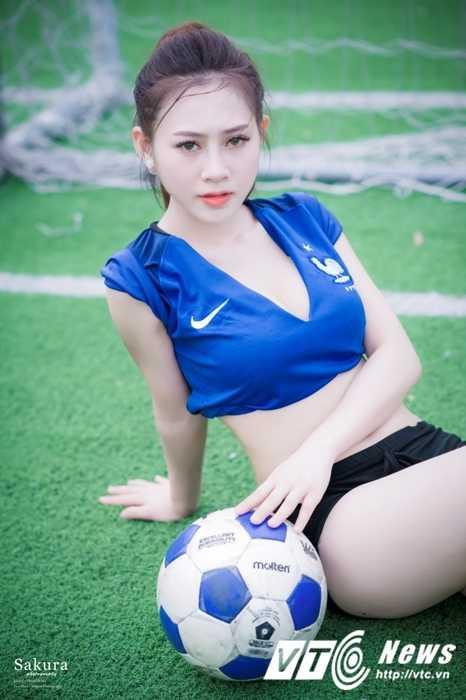 Hot girl Ha thanh xinh dep goi cam trong trang phuc doi tuyen Phap hinh anh 4