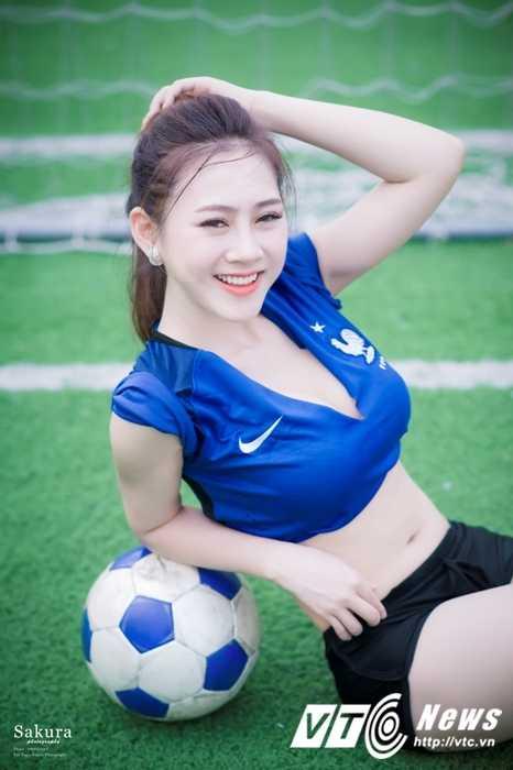 Hot girl Ha thanh xinh dep goi cam trong trang phuc doi tuyen Phap hinh anh 2
