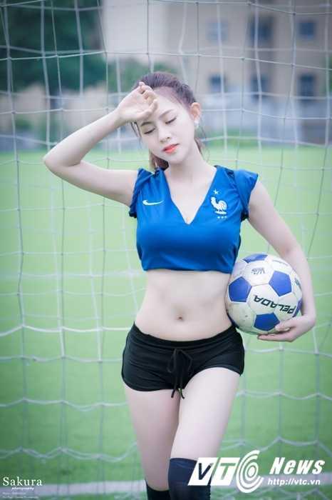 Hot girl Ha thanh xinh dep goi cam trong trang phuc doi tuyen Phap hinh anh 3