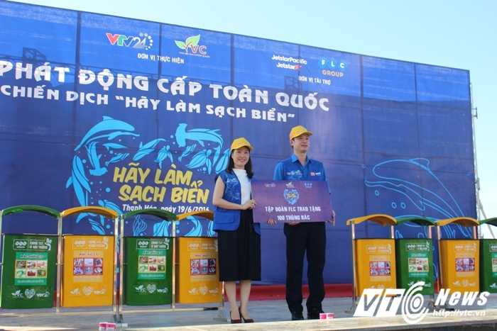 Chien sy cong an tre nhat rac huong ung chien dich lam sach bien hinh anh 4