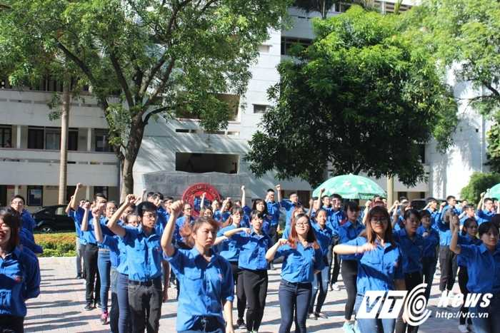 Gan 500 sinh vien DH Ngoai thuong nhay flashmob ra quan tinh nguyen hinh anh 6