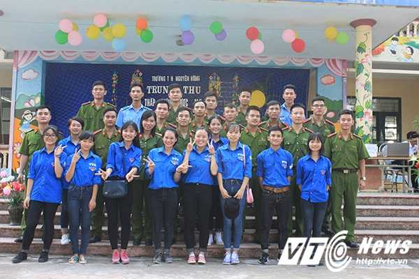 Chien sy canh sat tre mang Trung thu am ap den voi tre em ngheo Bac Giang hinh anh 20