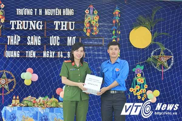 Chien sy canh sat tre mang Trung thu am ap den voi tre em ngheo Bac Giang hinh anh 7