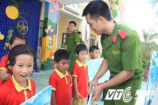 Chien sy canh sat tre mang Trung thu am ap den voi tre em ngheo Bac Giang hinh anh 8