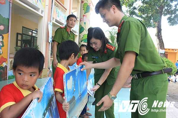 Chien sy canh sat tre mang Trung thu am ap den voi tre em ngheo Bac Giang hinh anh 9