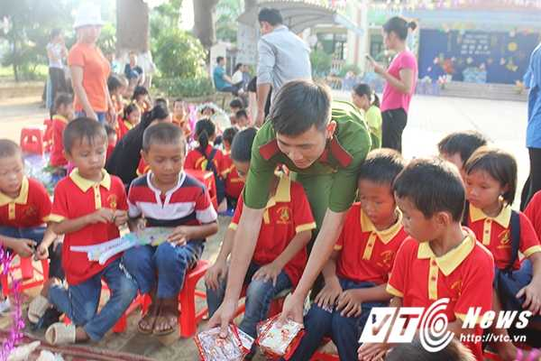 Chien sy canh sat tre mang Trung thu am ap den voi tre em ngheo Bac Giang hinh anh 10