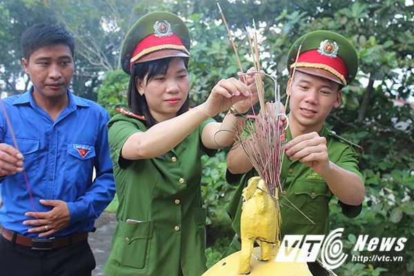 Chien sy canh sat tre mang Trung thu am ap den voi tre em ngheo Bac Giang hinh anh 16