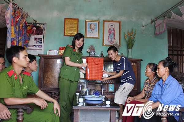 Chien sy canh sat tre mang Trung thu am ap den voi tre em ngheo Bac Giang hinh anh 3