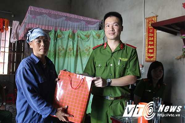 Chien sy canh sat tre mang Trung thu am ap den voi tre em ngheo Bac Giang hinh anh 4