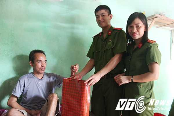 Chien sy canh sat tre mang Trung thu am ap den voi tre em ngheo Bac Giang hinh anh 5