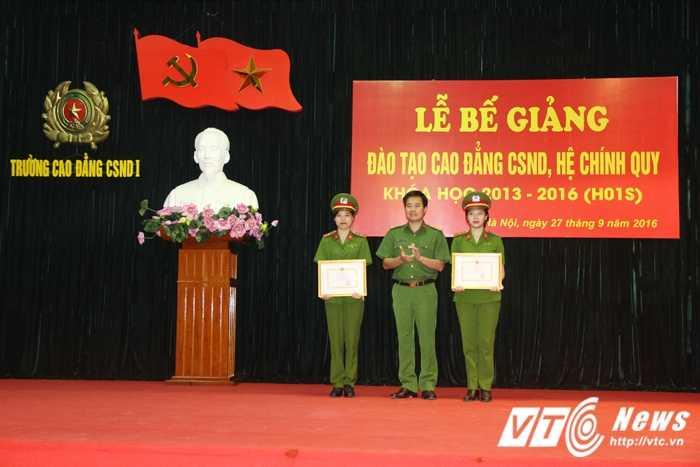 Nu thu khoa xinh dep duoc vinh danh trong le tot nghiep truong Cao dang Canh sat nhan dan I hinh anh 13