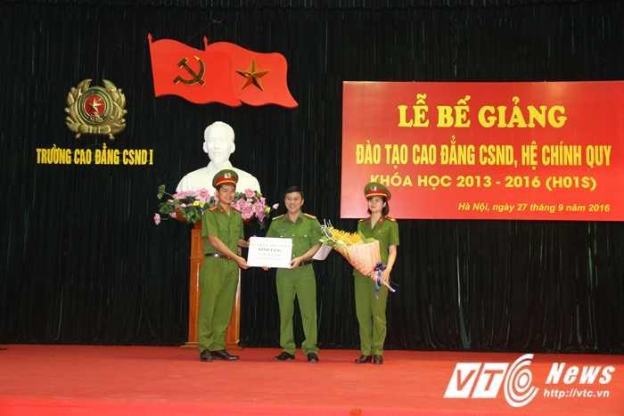 Nu thu khoa xinh dep duoc vinh danh trong le tot nghiep truong Cao dang Canh sat nhan dan I hinh anh 12