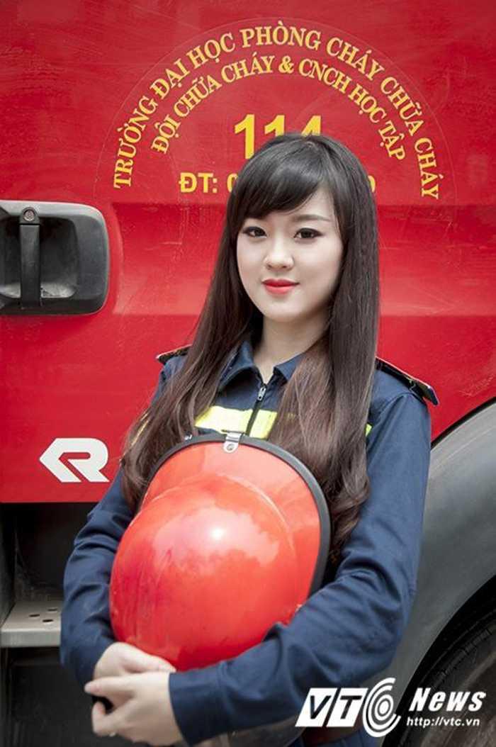 Hot girl DH Phong chay Chua chay gioi tieng Anh, me mua bung hinh anh 1