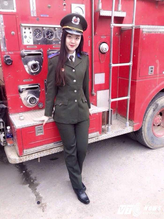 Hot girl DH Phong chay Chua chay gioi tieng Anh, me mua bung hinh anh 2