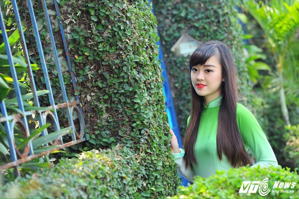 Hot girl DH Phong chay Chua chay gioi tieng Anh, me mua bung hinh anh 11