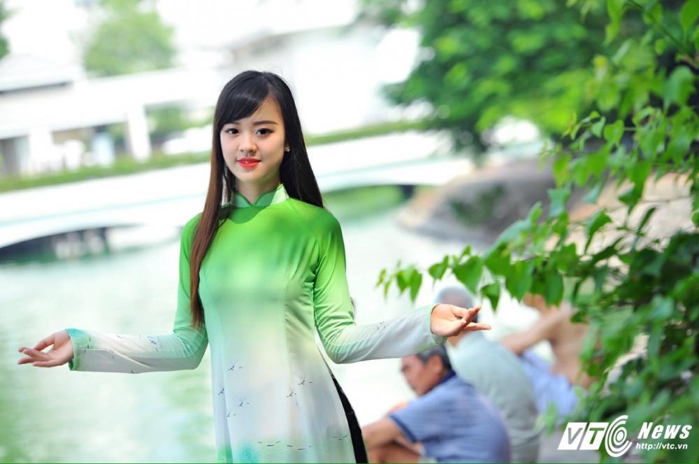 Hot girl DH Phong chay Chua chay gioi tieng Anh, me mua bung hinh anh 12