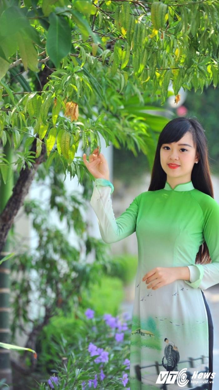 Hot girl DH Phong chay Chua chay gioi tieng Anh, me mua bung hinh anh 8