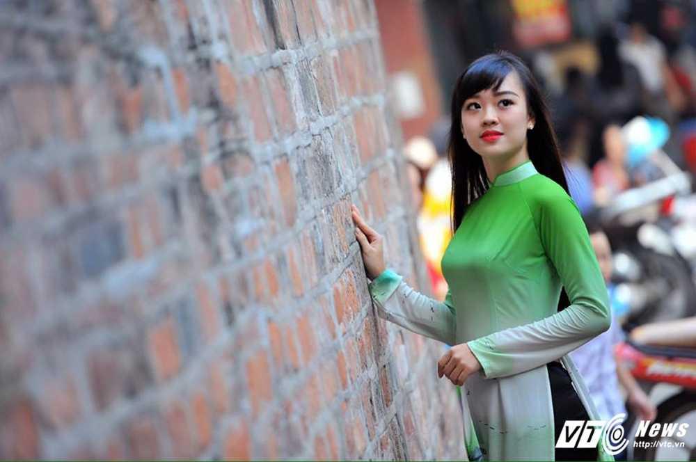 Hot girl DH Phong chay Chua chay gioi tieng Anh, me mua bung hinh anh 13