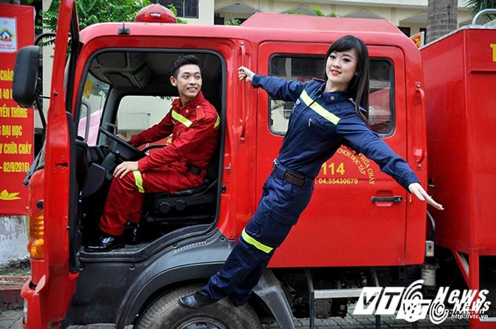 Hot girl DH Phong chay Chua chay gioi tieng Anh, me mua bung hinh anh 4