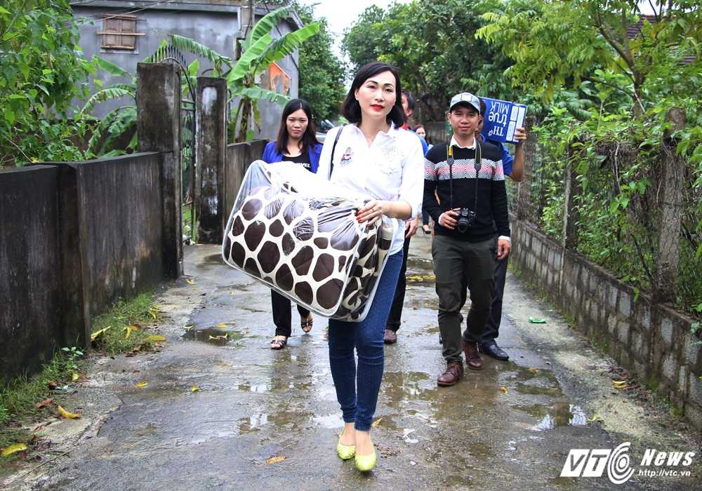 Hoa hau Viet Nam toan cautang qua cuu tro cho nguoi dan Ha Tinh hinh anh 3