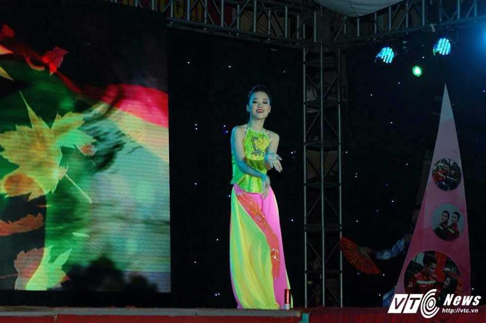 Hot girl DH Phong chay Chua chay tung khien thay co dau dau vi 'sieu quay' hinh anh 6