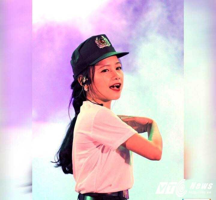Hot girl CD Canh sat nhan dan I khoe vu dao boc lua tren nen nhac soi dong hinh anh 1