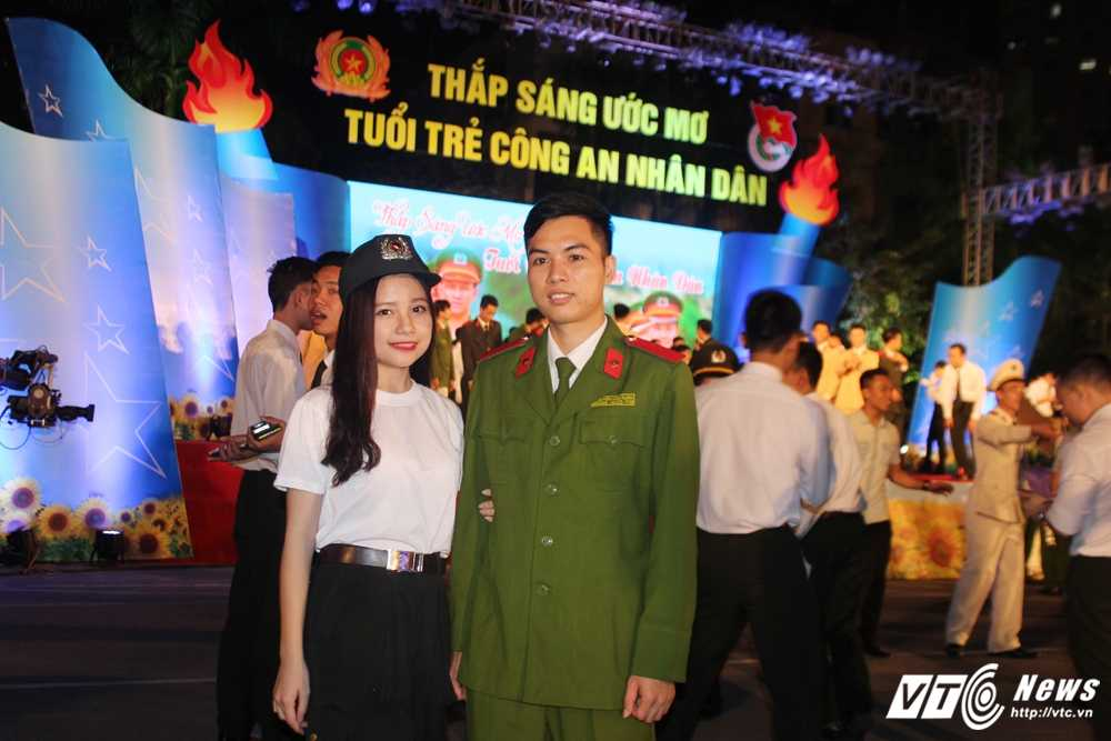 Hot girl CD Canh sat nhan dan I khoe vu dao boc lua tren nen nhac soi dong hinh anh 3