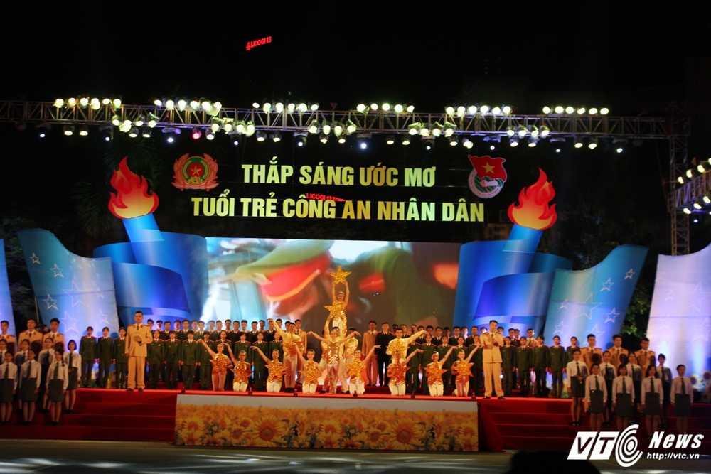 Hot girl CD Canh sat nhan dan I khoe vu dao boc lua tren nen nhac soi dong hinh anh 12