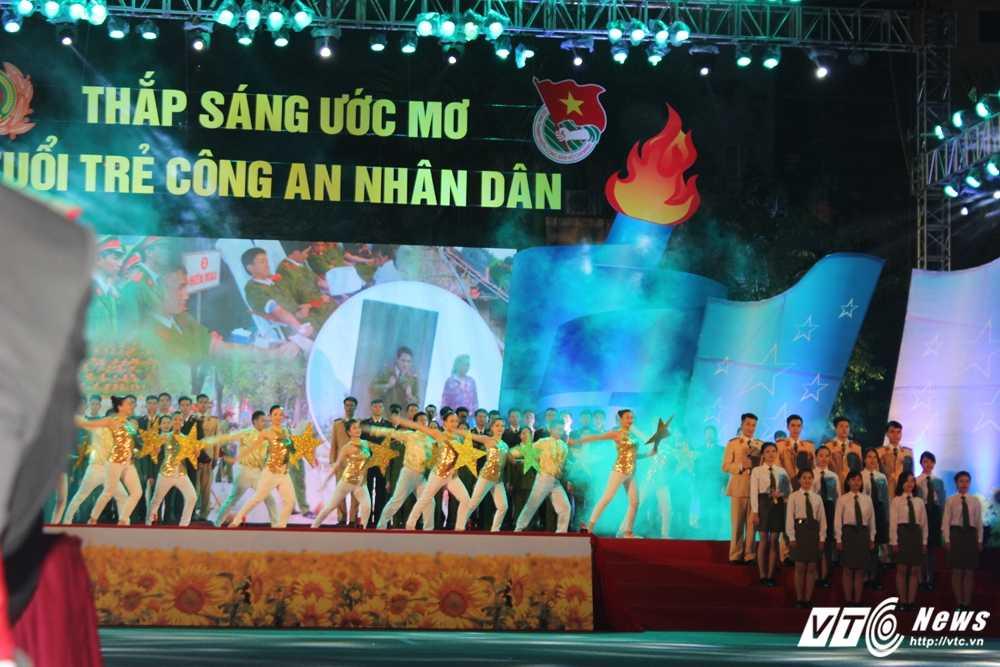 Hot girl CD Canh sat nhan dan I khoe vu dao boc lua tren nen nhac soi dong hinh anh 13