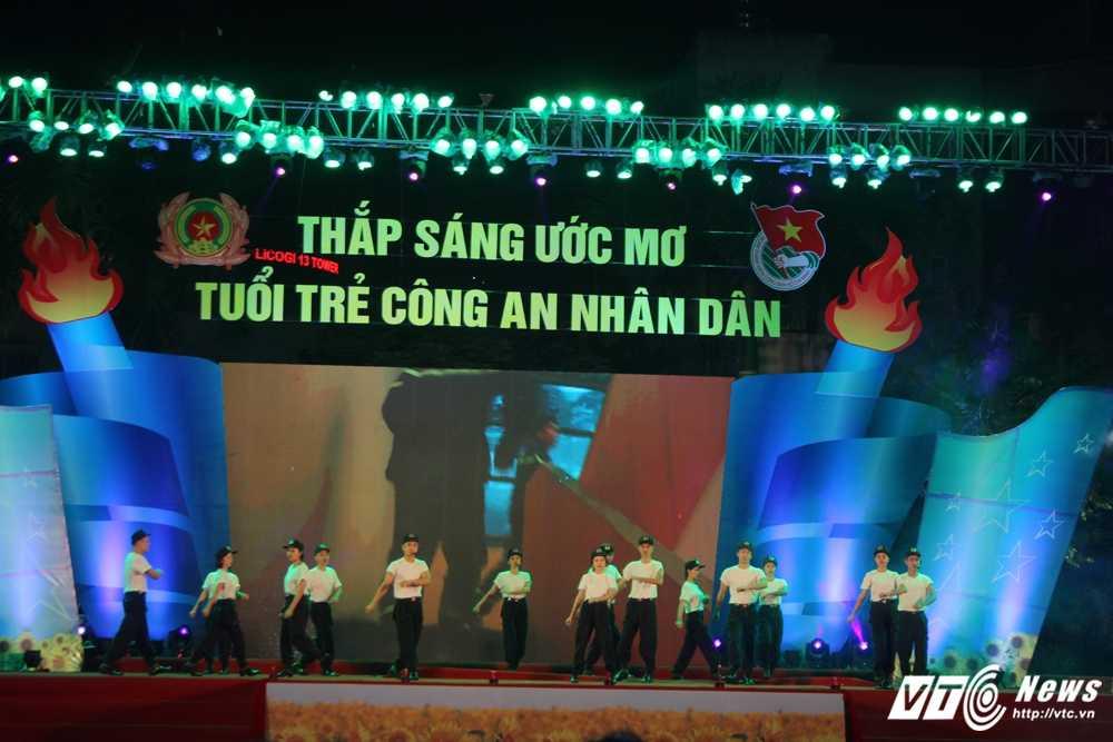 Hot girl CD Canh sat nhan dan I khoe vu dao boc lua tren nen nhac soi dong hinh anh 15