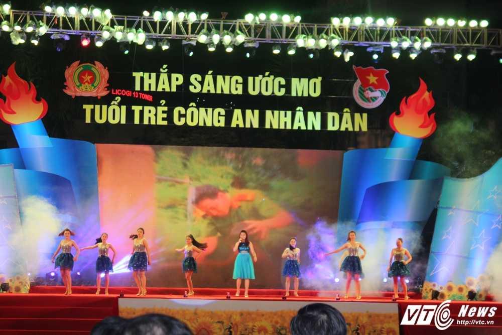 Hot girl CD Canh sat nhan dan I khoe vu dao boc lua tren nen nhac soi dong hinh anh 16