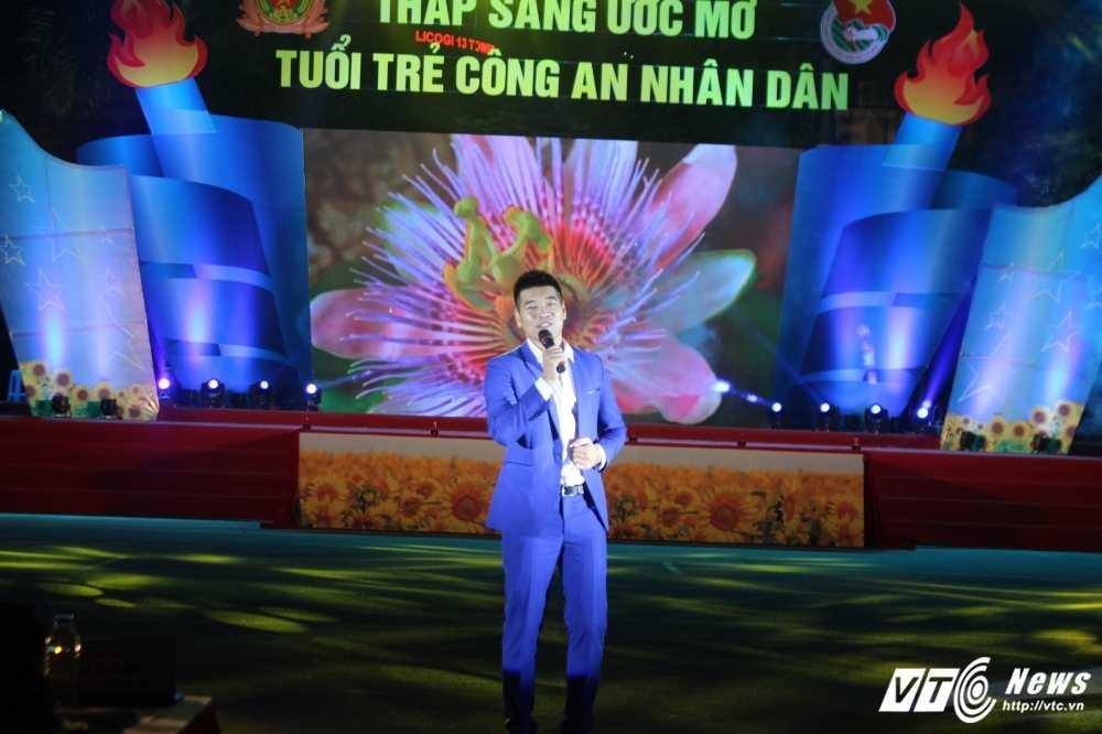 Hot girl CD Canh sat nhan dan I khoe vu dao boc lua tren nen nhac soi dong hinh anh 17