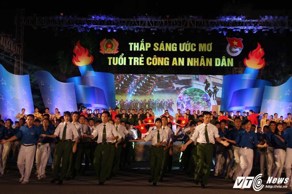 Hot girl CD Canh sat nhan dan I khoe vu dao boc lua tren nen nhac soi dong hinh anh 9