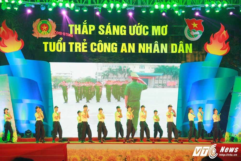 Hot girl CD Canh sat nhan dan I khoe vu dao boc lua tren nen nhac soi dong hinh anh 11