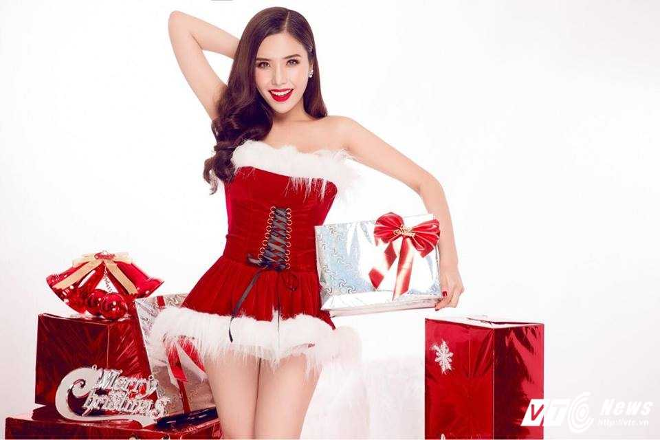 Hot girl DH Nha Trang khoe vai tran goi cam don Giang sinh hinh anh 1
