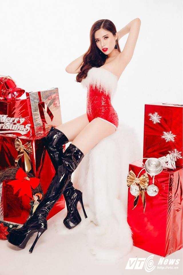 Hot girl DH Nha Trang khoe vai tran goi cam don Giang sinh hinh anh 9