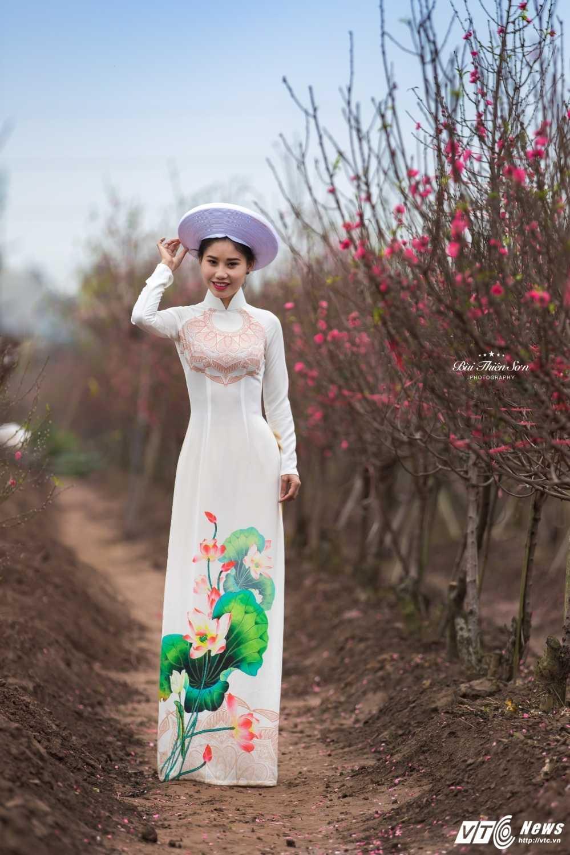 Thieu nu Ha thanh khoe sac tham ben dao Xuan trong bo anh don Tet hinh anh 4