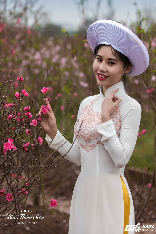 Thieu nu Ha thanh khoe sac tham ben dao Xuan trong bo anh don Tet hinh anh 3